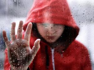 apoyada-en-una-ventana-bajo-la-lluvia_3184